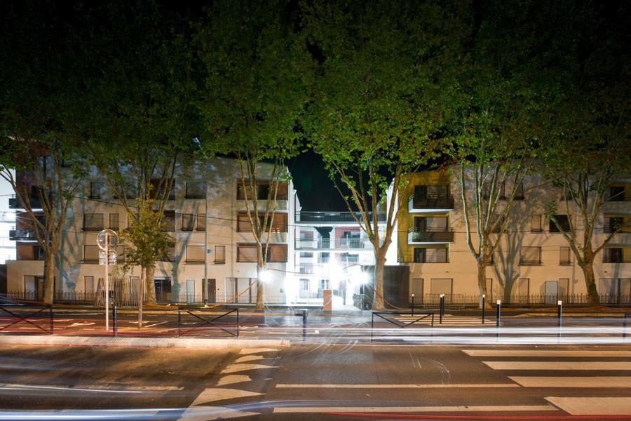 vue d'ensemble de nuit de la rue